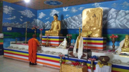 Ofrenda a Buda por monje sri lankés