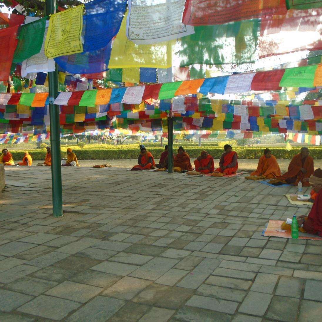 Monjes el el árbol bodhi al lado del templo de Maya Devi