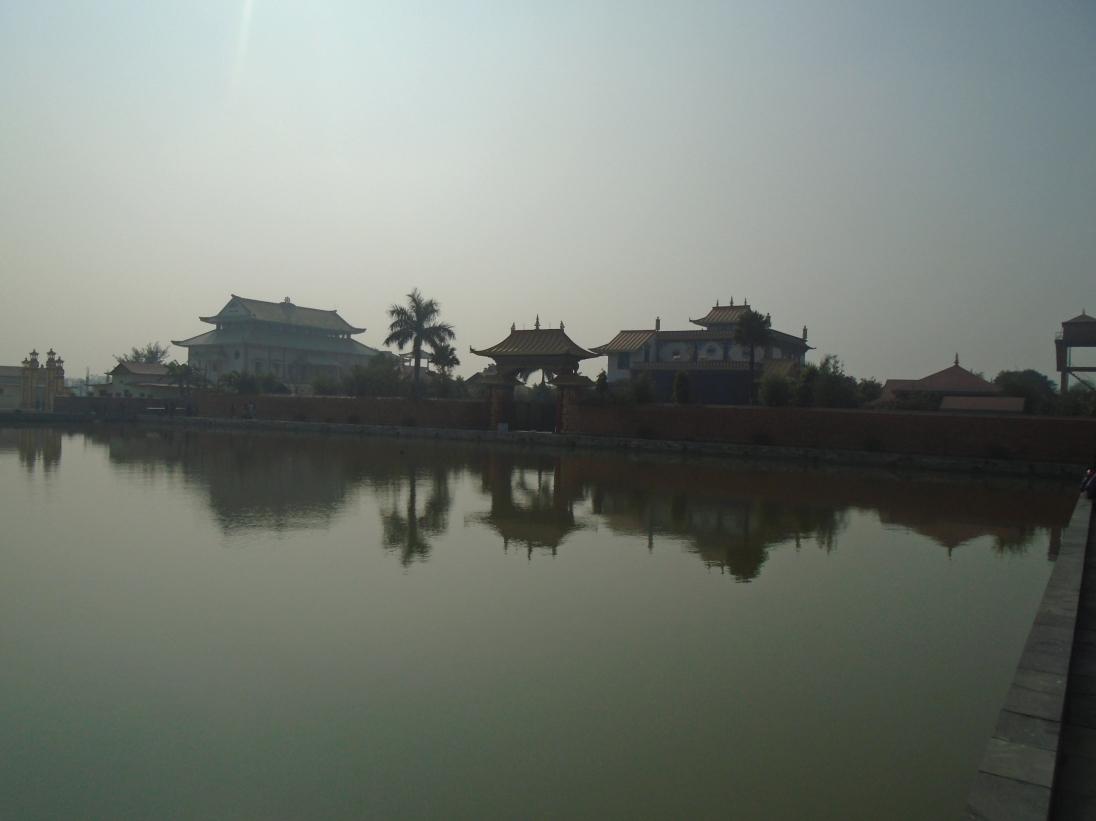 Lago alrededor del templo japonés